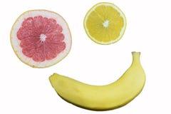 Orange, Pampelmuse und Banane auf dem Tisch, ein Symbol der Diät und stockbilder