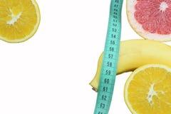 Orange, Pampelmuse und Banane auf dem Tisch, ein Symbol der Diät und stockfotografie