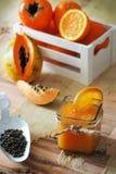 Orange, papaye et jus kaky image stock