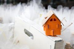 Orange pappers- hus överst av träramen och tillbaka den vita tyllen royaltyfria foton