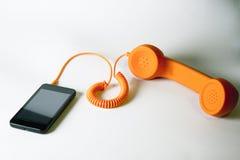 Orange parallell telefon och smartphone Arkivfoto