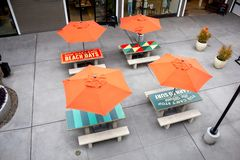 Orange paraplytabeller på den Stillahavs- staden royaltyfri foto