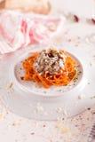 Orange pasta och vit sås tjänade som på den vita plattan Arkivfoton