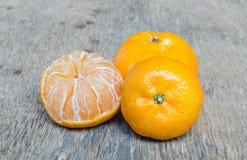 Orange placée sur une table en bois Image libre de droits