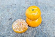 Orange placée sur une table en bois Photos stock