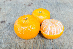 Orange placée sur une table en bois Images stock