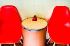 Orange Plastikstuhl, d I Y Tabelle, verzierte Kaktusspitze Lizenzfreies Stockbild