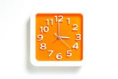 Orange Plastikuhr, die 3:00 zählt Stockfoto