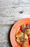 Orange Platte von Blumenkohl-und Brokkoli-Pfannkuchen Lizenzfreie Stockfotografie