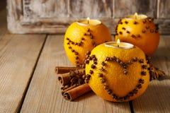 Orange pomanderboll med stearinljuset Royaltyfria Bilder