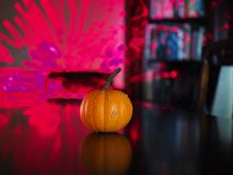 Orange pumpa i en afton med ljus arkivfoto