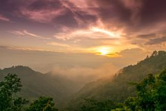 Orange purpurfärgat solnedgångsken för sikt på himmel och och berget i aftontid på den Samoeng Forest Viewpoint chiangmaien, Thai Royaltyfria Bilder
