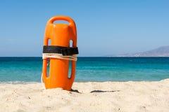 Orange räddningsaktionboj på stranden arkivbild