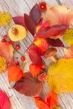 Orange, röd och gul tabelldekor royaltyfria bilder