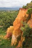 Orange röda klippor av den Luberon regionen i Frankrike Arkivfoto