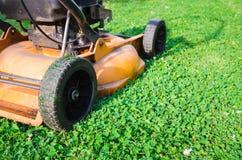 Orange Rasenmäher des im altem Stil Treibstoffs Stockbild