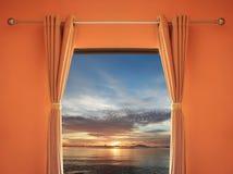 orange Raum haben ein Fenster mit Vorhängen, die Sie Sonnenuntergang herein sehen können sogar Stockfoto