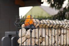 Orange Raumwarnungslicht gelegen auf einem Ziegelsteinzaunposten Wechselsprechanlagenwohngebäude am Eingang auf ein privates Schu lizenzfreie stockfotos