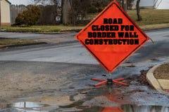 Orange rautenförmige Straße geschlossen für das Grenzwand-Bauzeichen, das eine Straße blockiert stockbilder