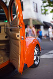 Orange Retro- Weinleseauto mit Autoshow der offenen Tür Stockfoto