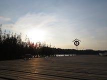 Orange Rettungs-Kreis-Leben-Bojen-Abwehr-Kai-Hafen Marina Yard stockfoto