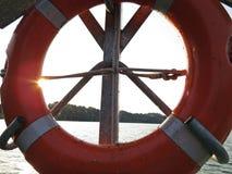 Orange Rettungs-Kreis-Leben-Bojen-Abwehr-Kai-Hafen Marina Yard lizenzfreie stockfotografie