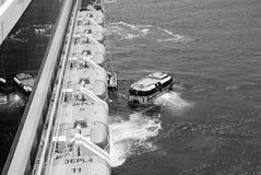 Orange Rettungsboote, die von der Zwischenlage in Kroatien laden Stockfotografie