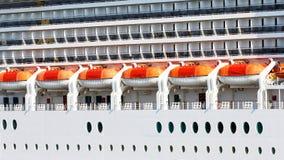 Orange Rettungsboote und Schiff Plattformen auf einem Schiff Lizenzfreie Stockbilder
