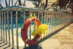 Orange Rettungsring nahe dem offenen Kind-` s Pool lizenzfreies stockfoto