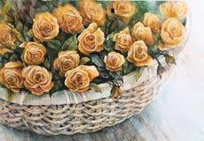 Orange Rosen in einem Weidenkorb Stockbilder