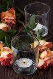 Orange Rosen mit Blitzkerze Lizenzfreie Stockfotos