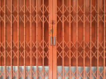 Orange rostig glidande metalldörr Arkivbild