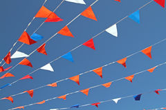 Orange, rot, Blau und weiße Flaggen Stockbild