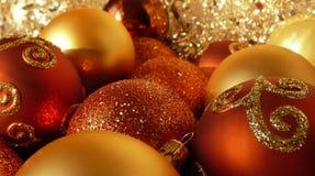 Orange Rot-u. Goldweihnachtskugeln Stockbild