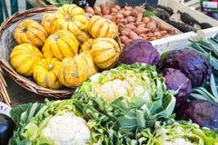 Orange, rotes und grünes Gemüse auf einem Paris-Markt klemmt fest stockbild