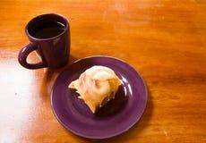 Orange rulle och kaffe arkivbilder