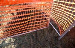 Orange säkerhetsnät i en vägkonstruktionsplats Royaltyfria Bilder