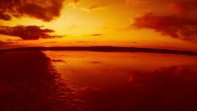 Orange sandiger Strand und der Flusssee herein stock footage