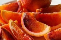 Orange sanguine coupée en tranches par cale pour la consommation Photo libre de droits