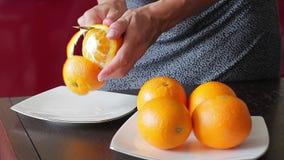 Orange savoureuse mûre avec la peau clips vidéos