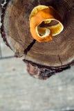 Orange Schale auf hölzernem Hintergrund Stockfotografie