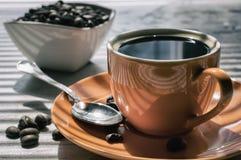 Orange Schalen sehr starker Kaffee stockbild