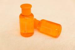 Orange schampo och duschen stelnar Royaltyfri Bild