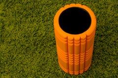 Orange Schaumrolle auf grünem Hintergrund Lizenzfreies Stockbild
