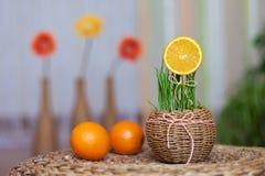 Orange Scheibe in einem dekorativen Korb Lizenzfreie Stockbilder