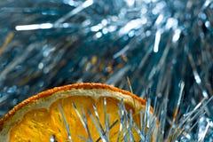 Orange Scheibe im blauen Lametta Lizenzfreies Stockbild
