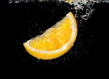 Orange Scheibe im Wasser mit Blasen Stockfotos
