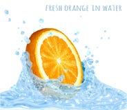 Orange Scheibe im Wasserspritzen Lizenzfreie Stockbilder