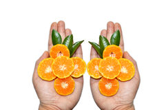 Orange Scheiben auf Händen auf weißem Hintergrund Stockfoto