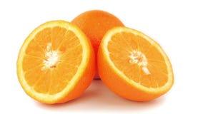 Orange Scheiben, die auf weißen Hintergrund sich drehen stock footage
